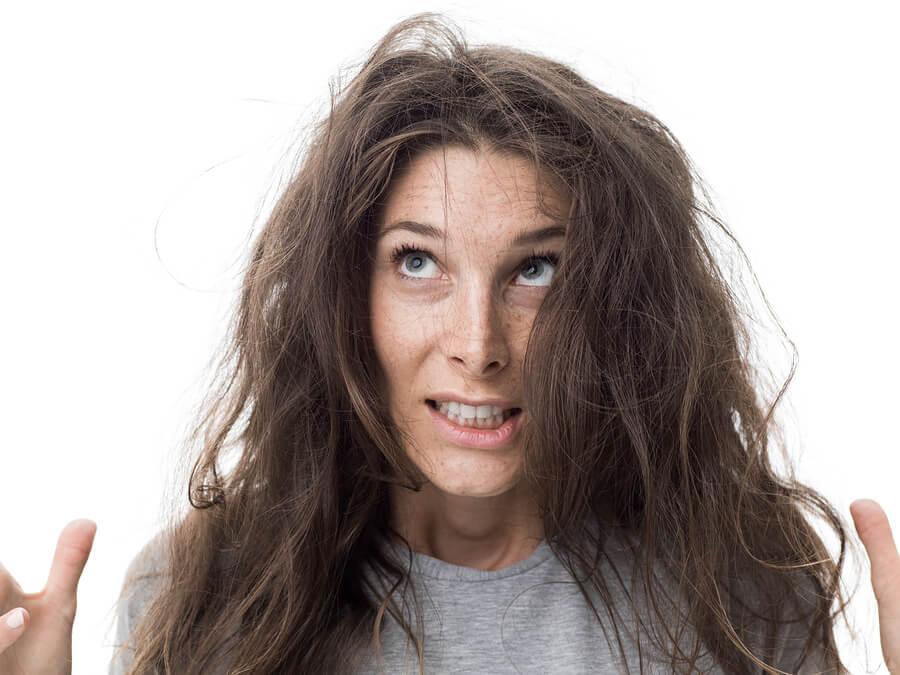 ¿Qué debo hacer si tengo cabello seco y esponjado?