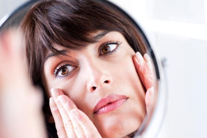 Saber que tipo de piel tenemos es importante a la hora de elegir uno u otro cuidado, en ocasiones tratamientos para combatir la sequedad o exceso de grasa.  El primer paso para determinar que tipo de piel es el que nos ha sido otorgado, debemos dejar de utilizar cualquier producto que pueda modificar aspectos de nuestra piel durante 2 días, estos son lociones, maquillajes, mascarillas, desmaquillantes... todos productos que pueden interferir en la evaluación de nuestro tipo de piel.    Una vez pasado este tiempo de